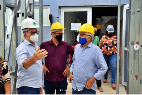 [O prefeito da cidade de Paulo Afonso, Luiz de Deus, e o secretário de Indústria, Turismo e Comércio, Nino Rangel, visitaram as obras da Clínica-Escola de Odontologia do UniRios.]